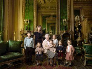 portrait de la reine d'Angleterre avec ses petits enfants